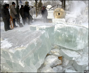 Cutting blocks of ice