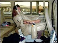 Inmigrante ilegal mexicano escondido en el asiento de un veh�culo