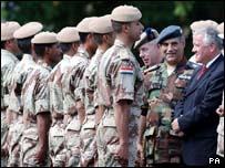 وزير القوات المسلحة البريطاني يتفقد الخريجين