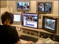 امرأة تعمل في وسط يعج بأجهزة الكمبيوتر