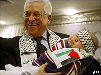 Candidato presidencial palestino Mahmoud Abbas sostiene a un bebé durante un acto en Ramala el 7 de enero.