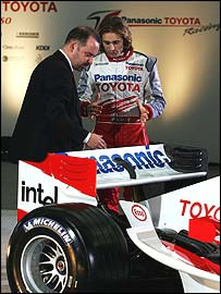 Toyota technical director Mike Gascoyne and driver Jarno Trulli talk at the launch of the team's 2005 Formula One car