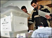 Un circuito electoral palestino se prepara para recibir a los votantes.