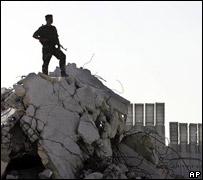 Soldado palestino sobre ruinas en Gaza