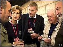 El ex presidente de EE.UU. Jimmy Carter (segundo desde la derecha), junto con un grupo de observadores, dialoga con un votante palestino