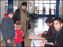 Nariman, junto a sus dos hijos, antes de votar.