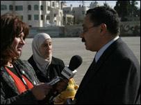 Ramez el-Titi, dialoga con la BBC, junto a su esposa e hijos.