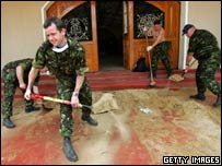 British soldiers help clean up in Sri Lanka