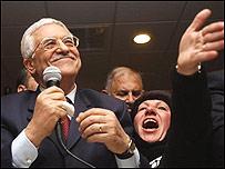 Mahmoud Abbas celebra con un grupo de sus partidarios