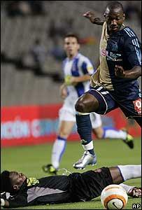 Futbolista Andrés Mendoza anota un gol