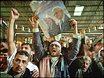 Jóvenes palestinos festejan el triunfo de Mahmoud Abbas en las elecciones