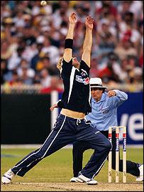 Vettori and umpire Bowden