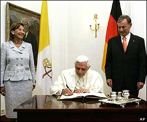 Eva and Horst Koehler watch the Pope sign the book