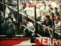 Enfrentamiento entre la polic�a y fan�ticos del Liverpool en el estadio de Heysel