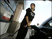 Una mujer pone gasolina en EE.UU.