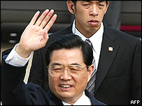 Chinese President Hu Jintao (L) waves to photographers, 19/01/05