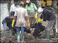Voluntarios indonesios recogen cuerpos en Banda Aceh, al norte de Sumatra, Indonesia.