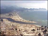 Foto aérea de la costa devastada al norte de Sumatra, Indonesia.