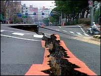 Damaged road in Kobe   BBC