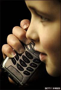 Ni�o hablando por tel�fono celular.
