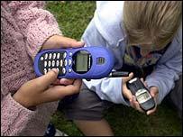 Ni�as con tel�fonos celulares.