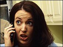 Mujer escuchando chismes
