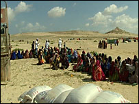 Somalis wait for food aid