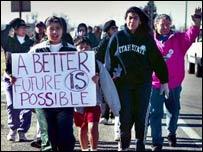 Inmigrantes realizan una manifestaciones en reclamo de mejores condiciones.