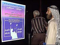Un iraquí contempla un poster sobre las elecciones