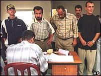 Iraquíes esperan para registrarse en la lista electoral en Um Qasr.