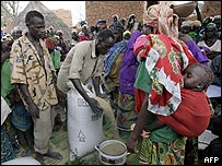 People queue for aid in Niger