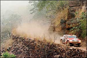 South African driver Giniel De Villiers drives his Nissan during the Bamako - Kayes stage