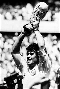 Maradona cargando la copa en el Mundial México '86.