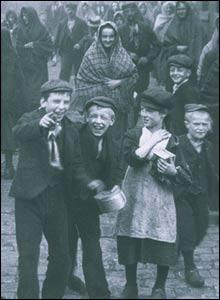 Alfred Butterworth & Sons, Glebe Mills, Hollinwood c. 1901. Copyright: The British Film Institute