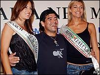 Diego Maradona y dos reinas de belleza