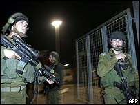 Israeli soldier at Karni crossing