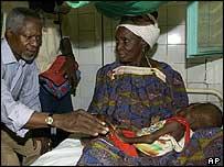 Kofi Annan in a Niger clinic
