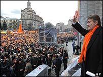 Yushchenko greets crowds in November 2004