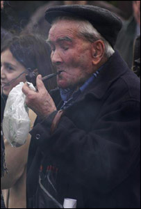 An old man puffs a cigar in the town of Capena (photo: Emanuele Brai)