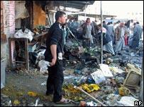 Iraquíes observan los restos de un carro bomba que explotó junto a la mezquita chiita Khan Bani Saad, cerca de Baquba, en Irak.