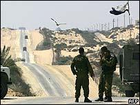 Soldados israelíes patrullan la carretera Philadelphi.