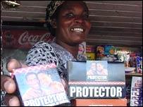 Una vendedora de condones en Uganda.