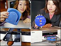 Mujeres con DVDs de los nuevos formatos.