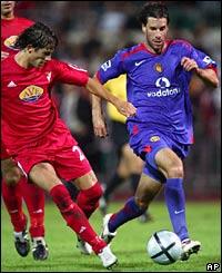 Ruud van Nistelrooy dribbles at Debrecen's defence