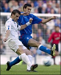 Rangers' Ian Murray (R) challenges for the ball
