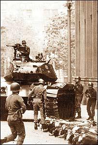 Militares y detenidos afuera del palacio presidencial en Santiago de Chile.  (Foto gentileza La Naci�n)