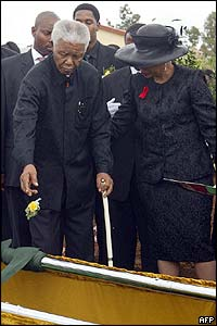 Mandela throws a rose into his son's grave