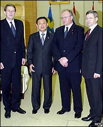 Thai Prime Minister Thaksin Shinawatra (2nd l) with Goeran Persson of Sweden (2nd r), Kjell Magne Bondevik of Norway (r) and Matti Vanhanen of Finland