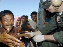 Thankful Indonesian tsunamis disaster victims shake hands with US soldiers, 14 Jan