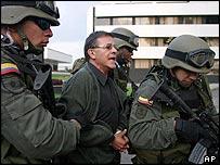 Rodrigo Granda, de las FARC, trasladado por militares colombianos en Cúcuta.